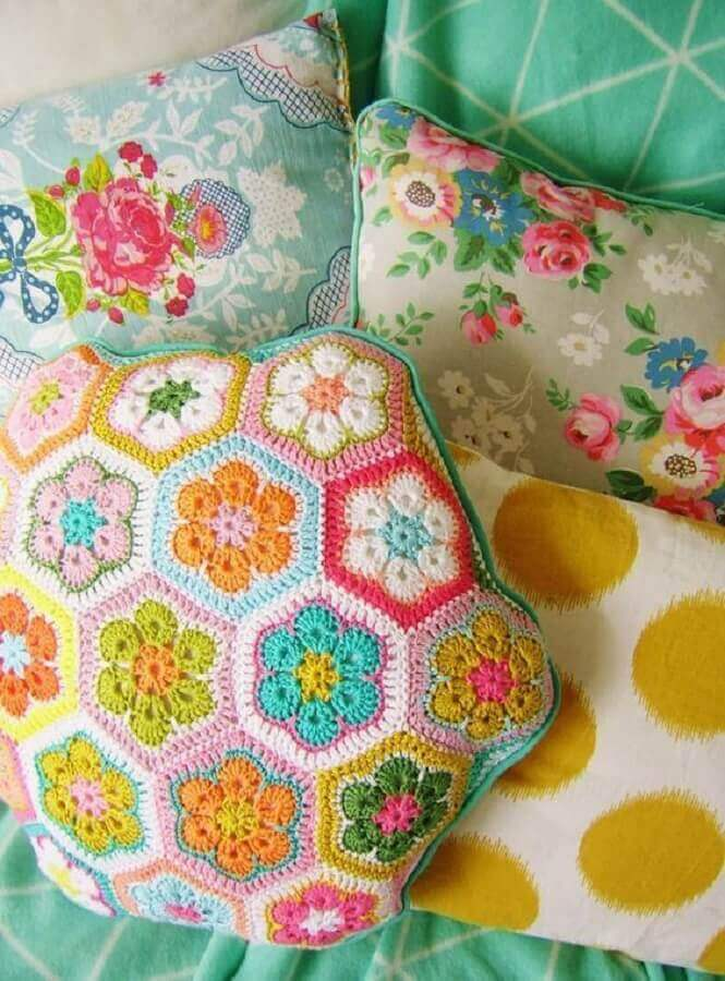 modelo diferente de almofadas de crochê com flores
