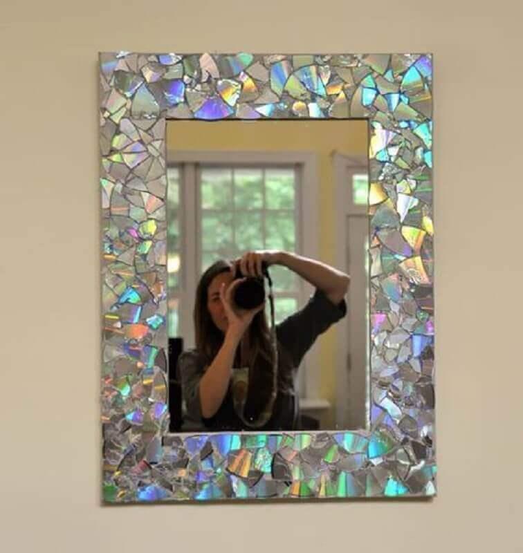 moldura de espelho feita com reciclagem com cd