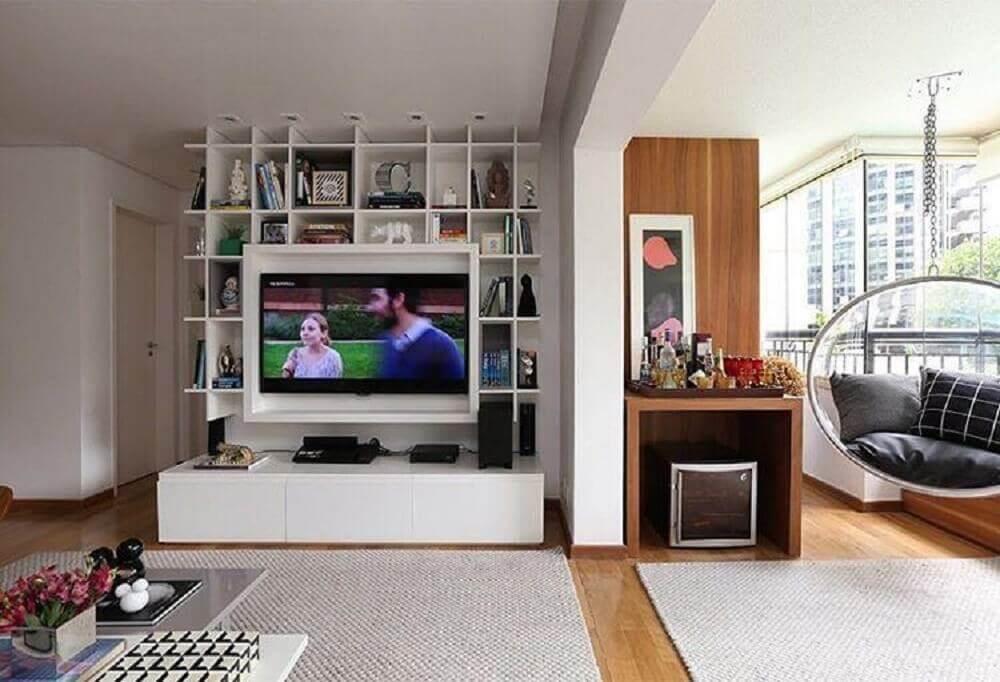 painel para sala pequena com estante de nichos