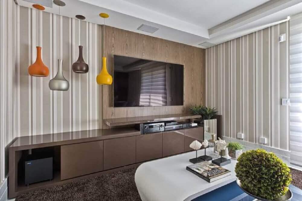 painel planejado para sala pequena com pendentes coloridos