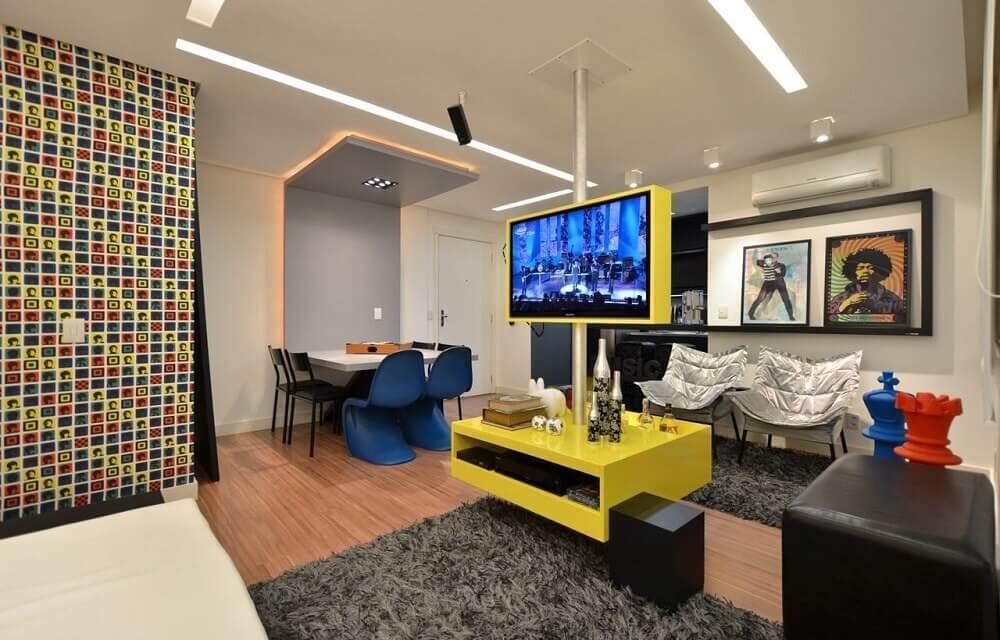 painel planejado para sala pequena em tons de amarelo