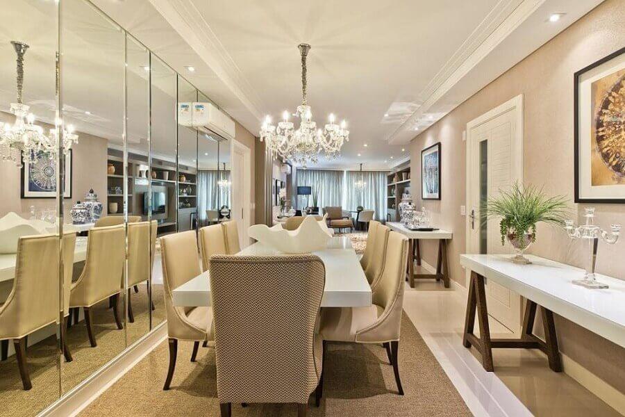 parede revestida com espelho bisotê para sala de jantar