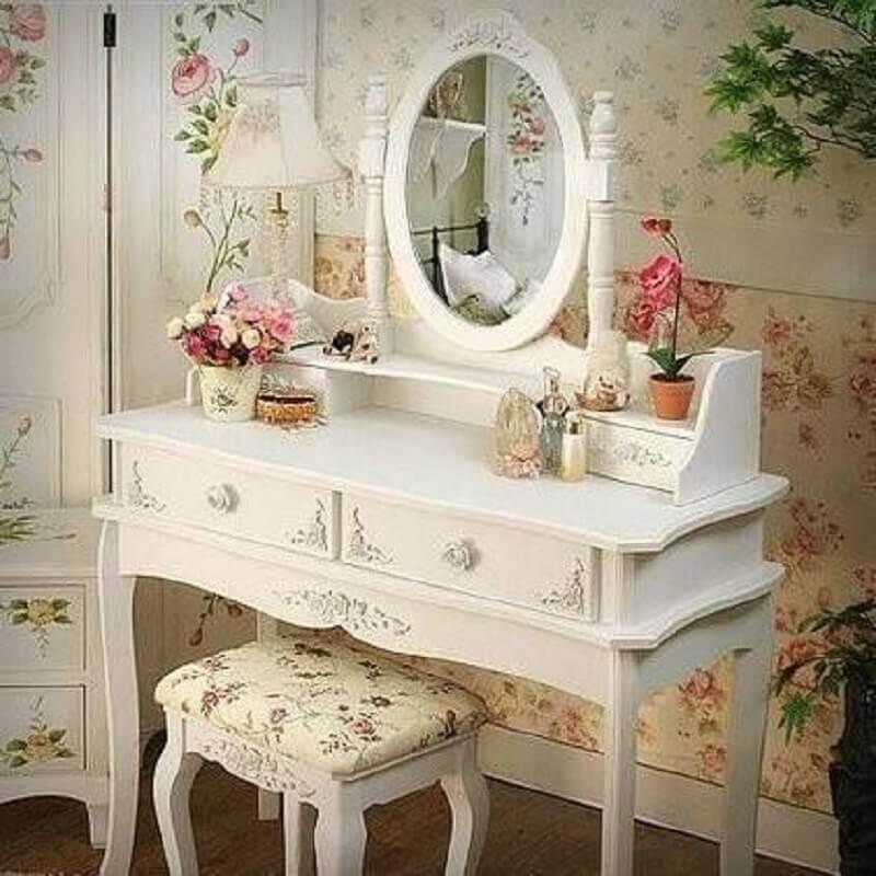 decoração com papel de parede e penteadeira estilo provençal