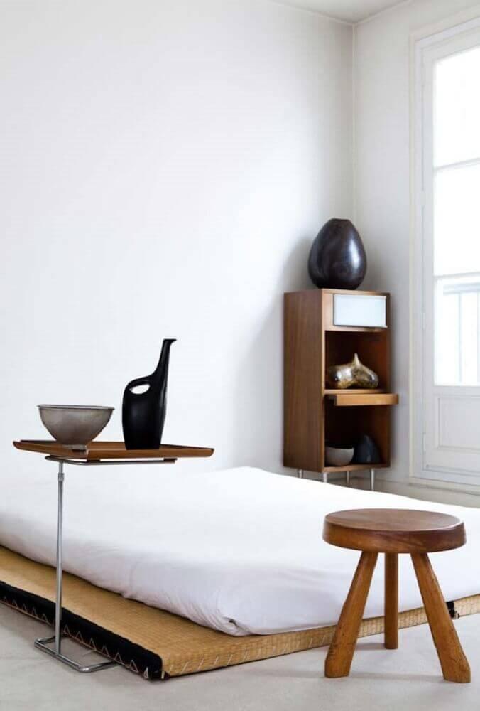 quarto com decoração minimalista e cama japonesa de solteiro