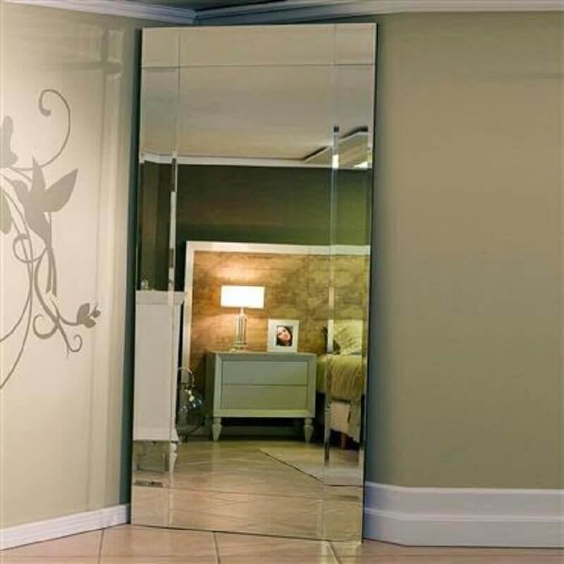 quarto com espelho bisotado grande