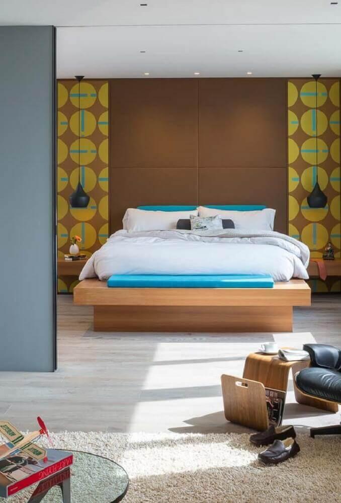 quarto com papel de parede e cama de casal japonesa