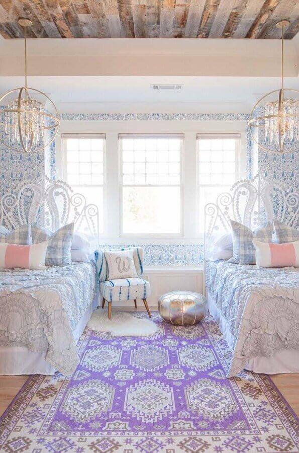 quarto provençal com tapete estampado e papel de parede azul