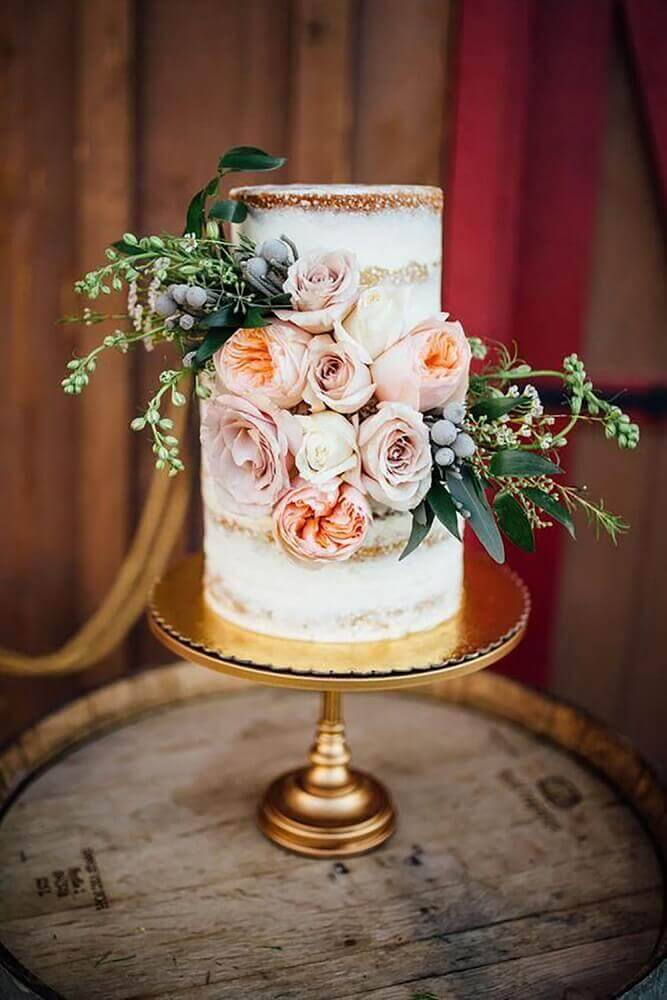 rosas na decoração de lindo bolo de casamento 2 andares