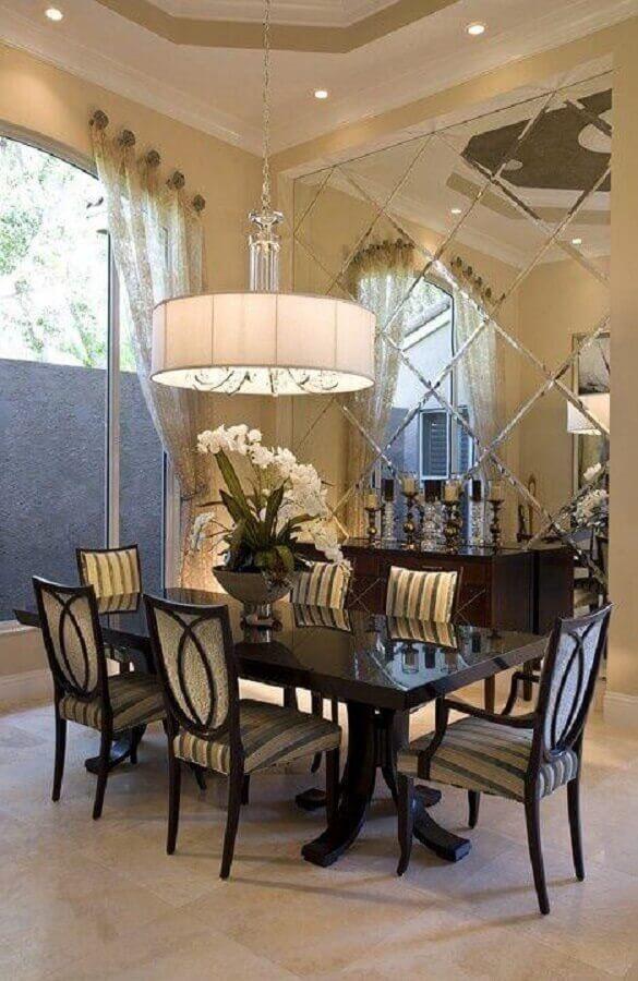 sala de jantar com espelho bisotado