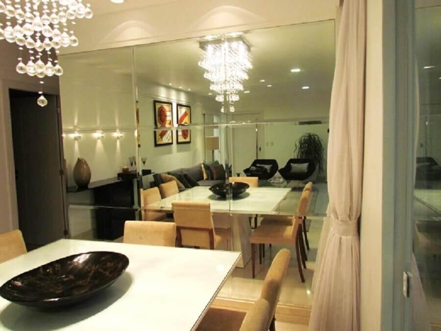 sala de jantar decorada com parede de espelho bisotado