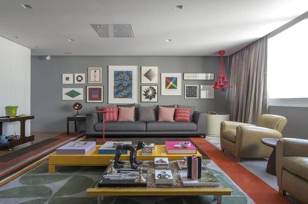 sala decorada com quadros e sofá moderno para sala