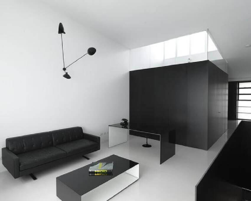 sala preta e branca com decoração minimalista