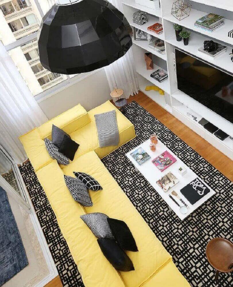 sofá amarelo com chaise para sala decorada
