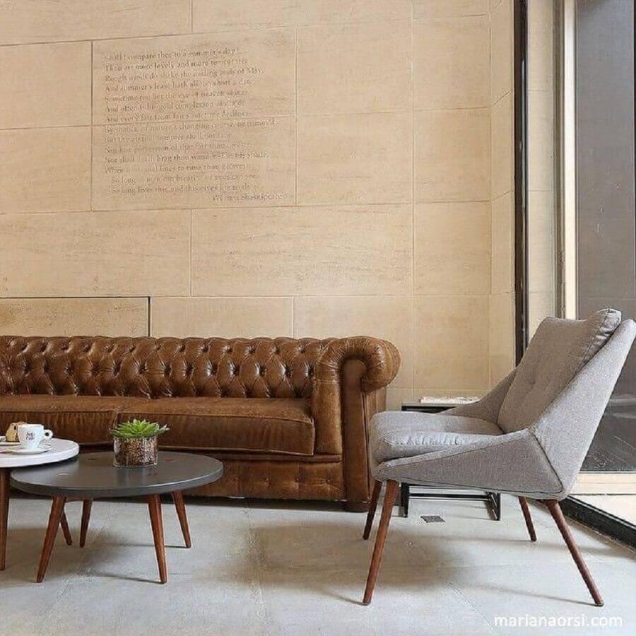 sofá de couro e capitonê