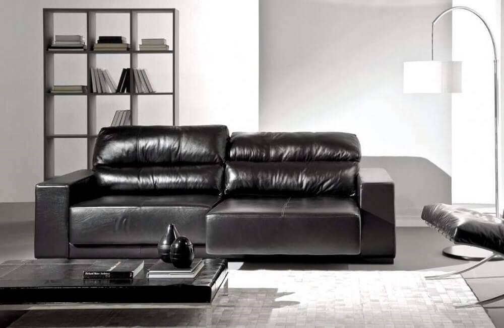 sofá de couro preto retrátil