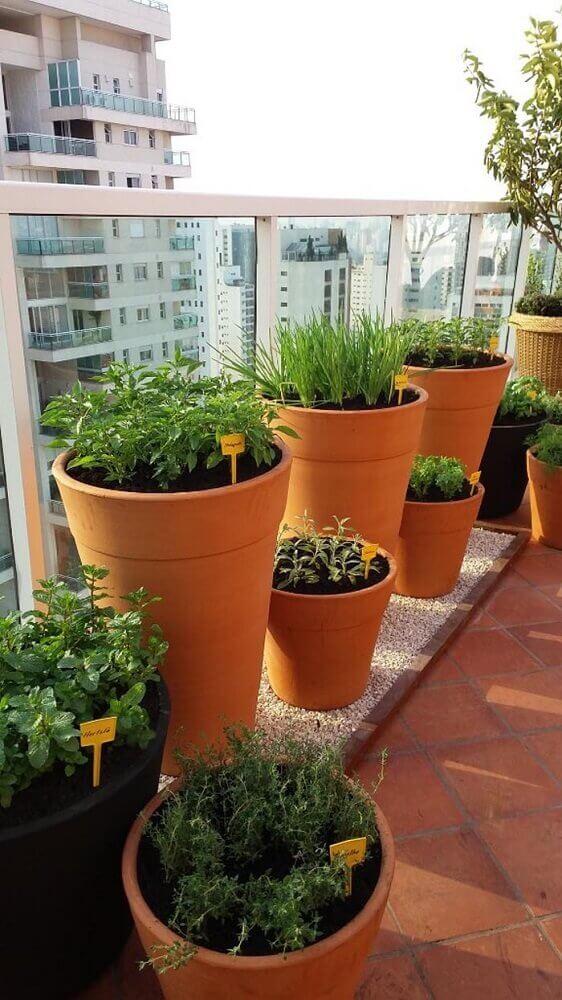 varanda com horta em apartamento