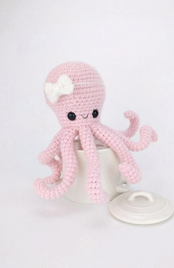 Modelo de polvo de crochê em tom rosa bebê