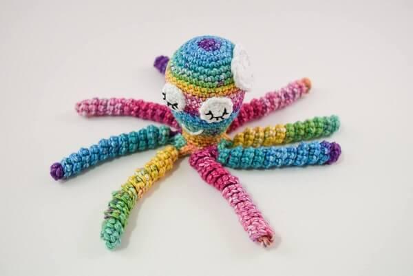 O colorido do polvo de crochê alegra a decoração do quarto