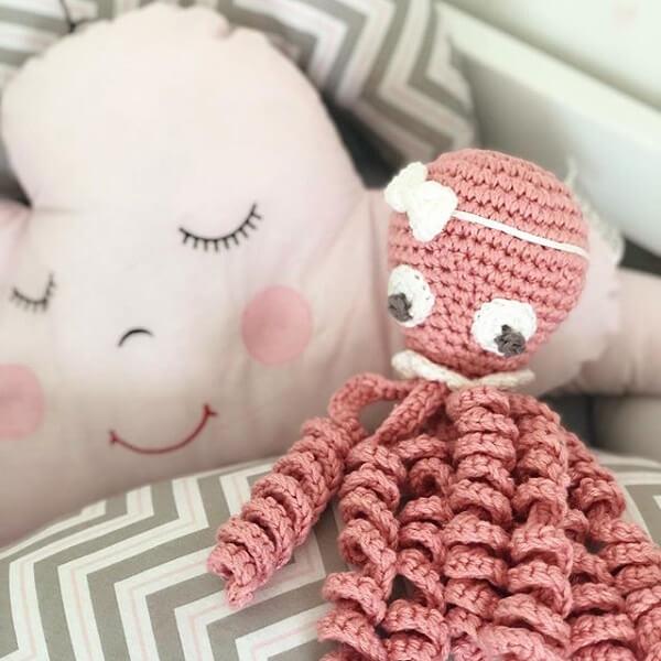 Modelo de polvo de crochê delicado em tom de rosa