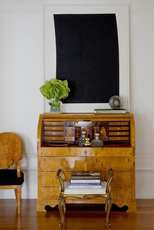 A cômoda retrô de madeira deixa a decoração ainda mais especial. Fonte: Roberto Migotto