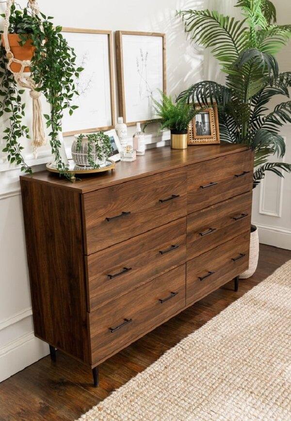 A cômoda retrô de madeira traz um toque rústico para a decoração do ambiente. Fonte: Pinterest