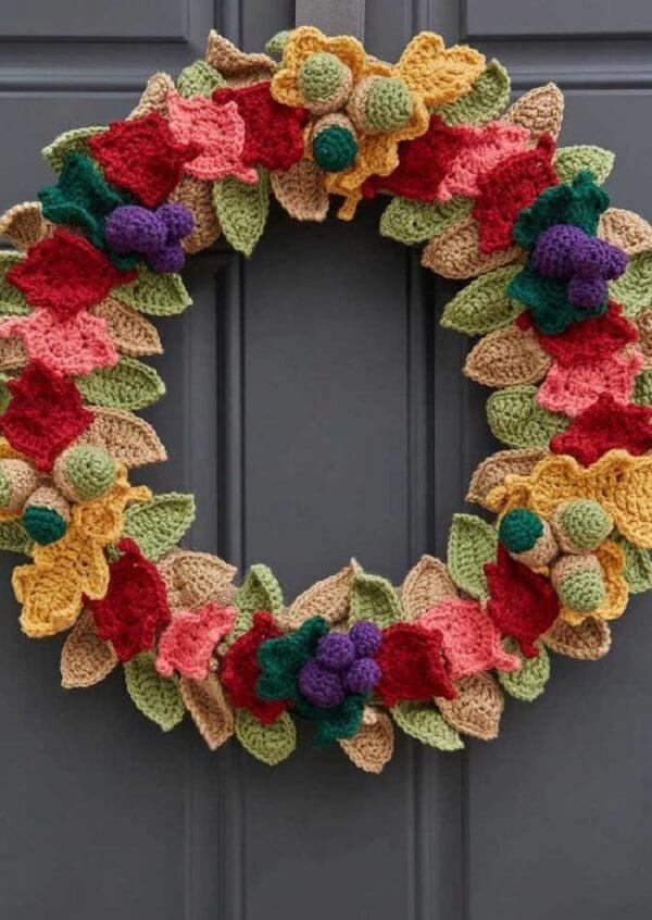 A guirlanda de natal foi feita com diversas flores e folhas de crochê
