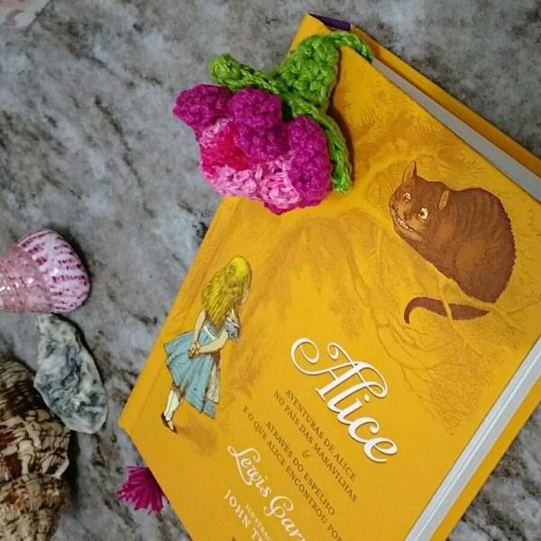 A leitura fica ainda mais especial quando acompanhada de um lindo marca página feito com crochê