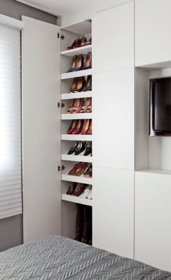 A sapateira branca se harmoniza com o restante da decoração do ambiente