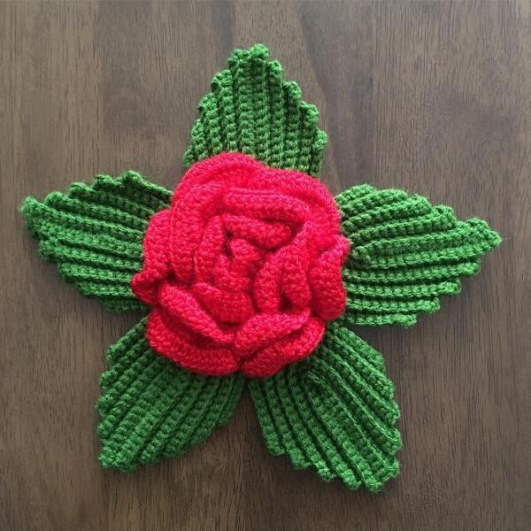 As flores de crochê podem receber lindas folhas verdes