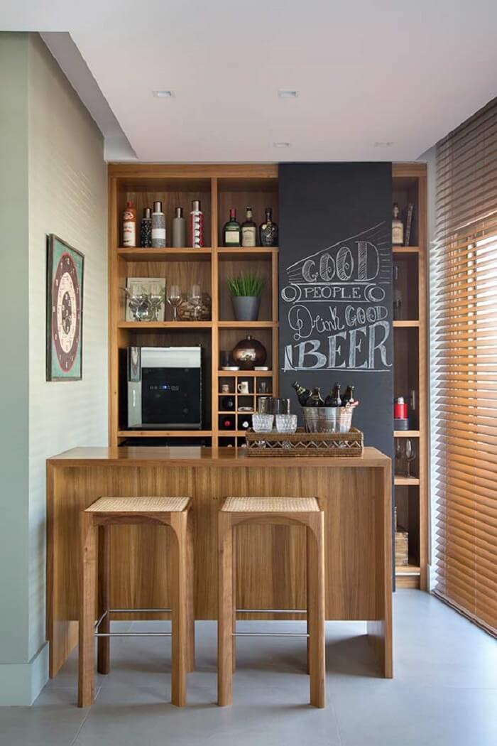 Barzinho para sala com estante embutida feita em madeira
