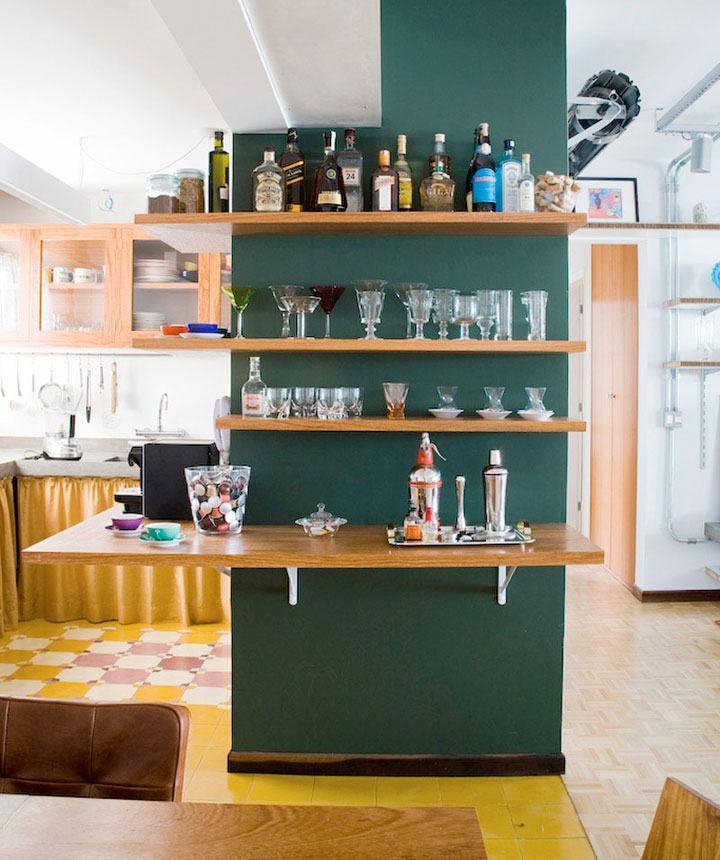 Barzinho para sala com prateleira em parede
