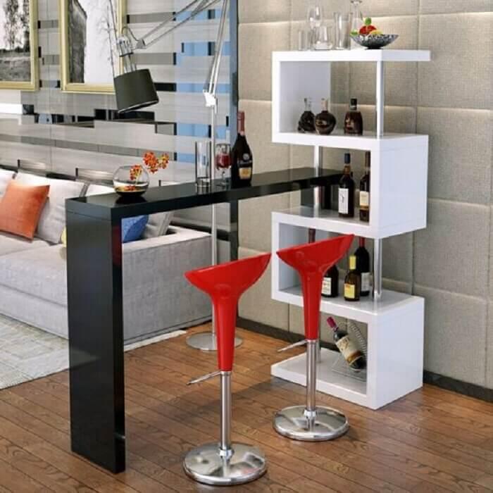 Barzinho para sala de canto com nichos em branco e mesa em preto.