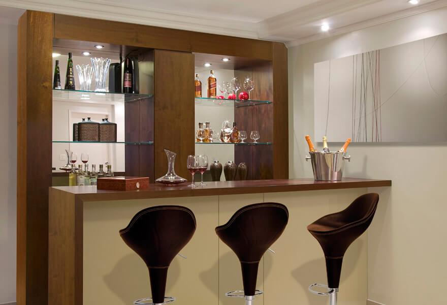 Barzinho para sala pequena com prateleiras de vidro