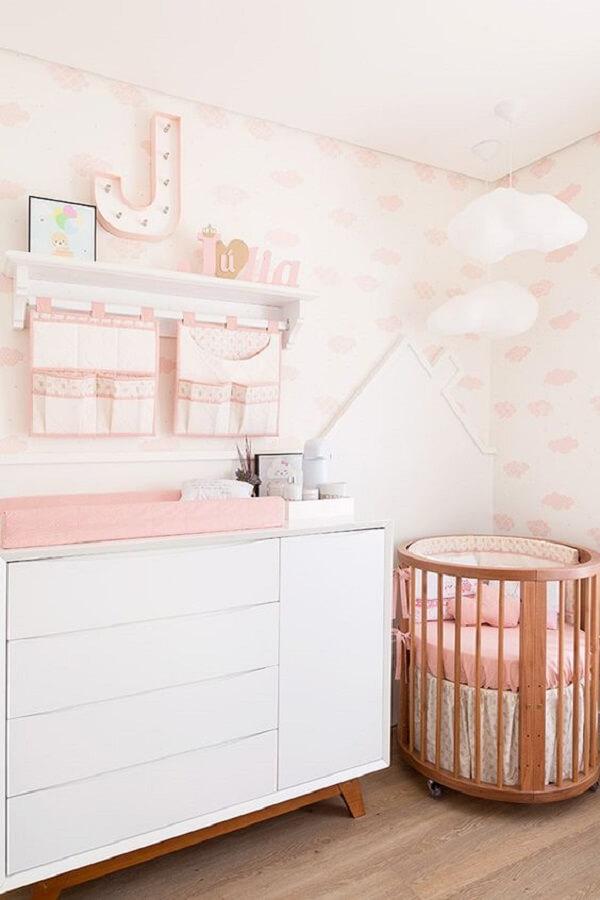 Berço redondo de madeira e cômoda retrô decoram o quarto de bebê. Fonte: Constance Zahn