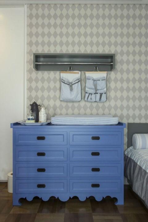 Cômoda retrô azul com puxadores pretos em quarto de menino Projeto de Triplex Arquitetura