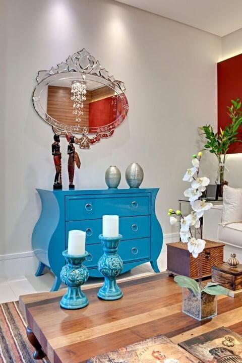 Cômoda retrô azul em sala de estar Projeto de Andrea Bento