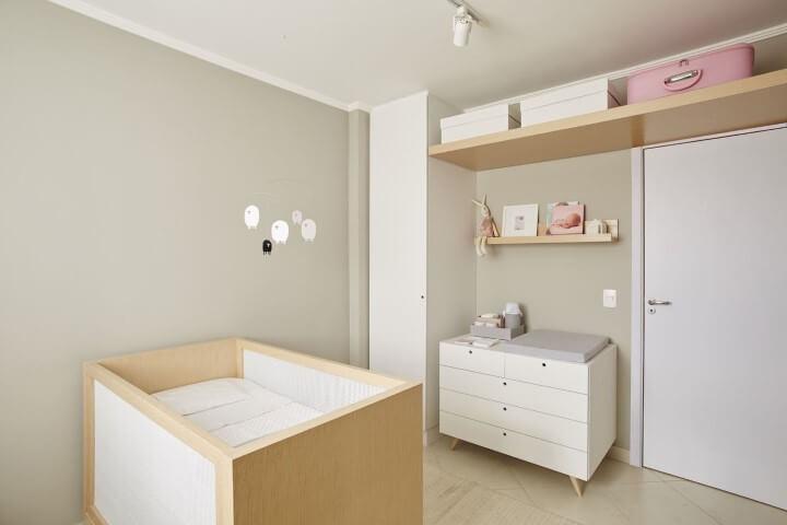 Cômoda retrô branca com pés palito em quarto de bebê Projeto de Studio Scatena