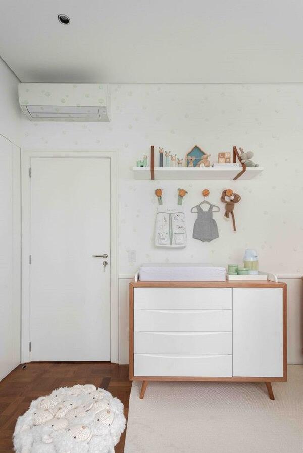 Cômoda retrô com acabamento em madeira e gavetas e porta em branco. Fonte: Duas Arquitetura