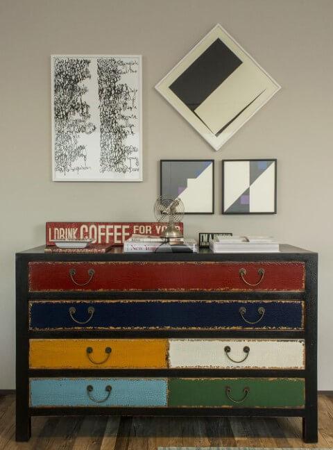 Cômoda retrô com gavetas coloridas Projeto de Triplex Arquitetura
