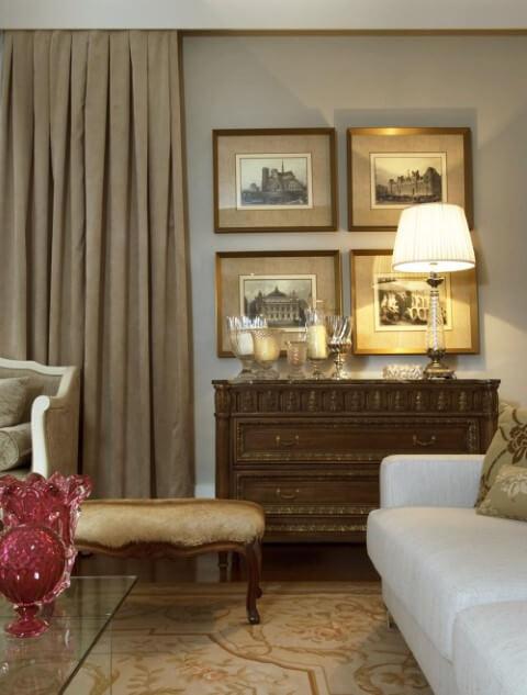 Cômoda retrô de madeira com duas gavetas grandes em sala de estar Projeto de Mauricio Karam