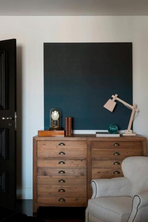 Cômoda retrô de madeira com visual natural em quarto de solteiro Projeto de Mauricio Karam