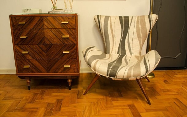 Cômoda retrô de madeira e poltrona estampada Projeto de Adriana Fornazari