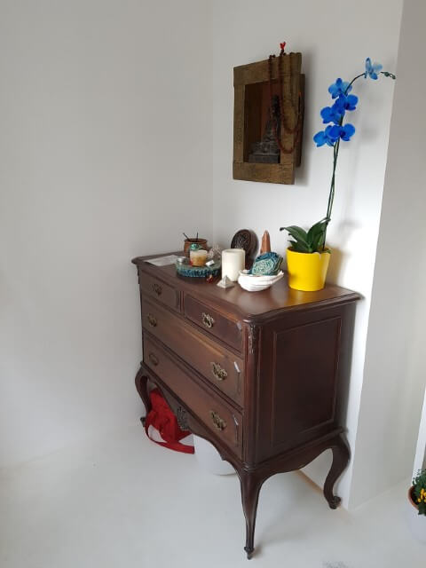 Cômoda retrô de madeira em cantinho da sala Projeto de Ale Nasceubem