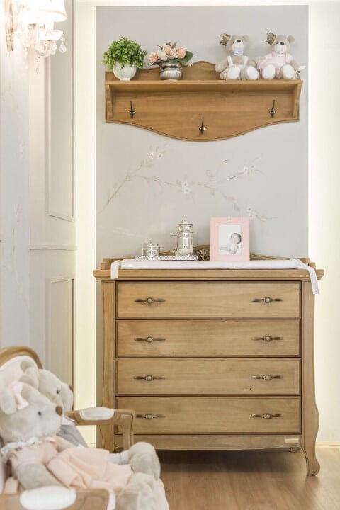Cômoda retrô de madeira em quarto de bebê com trocador Projeto de Larissa Franco Arquitetura