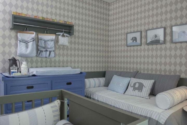 Cômoda retrô em quarto de bebê azul e cinza Projeto de Triplex Arquitetura