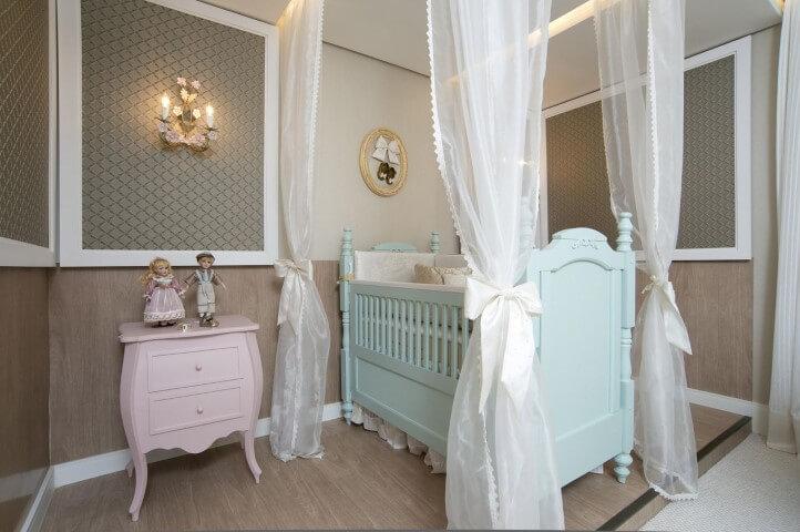 Cômoda retrô pequena rosa em quarto de bebê Projeto de Edimara Carvalho