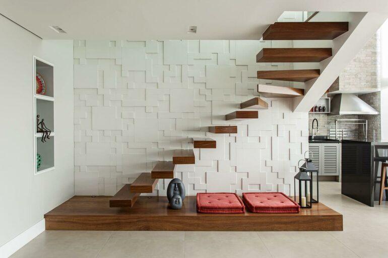Revestimento 3D e escada de madeira flutuante. Fonte: Karina Korn