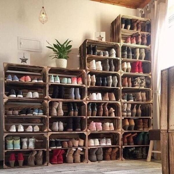 Caixotes de madeira servem como modelo de sapateira