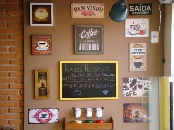 Cantinho do café com quadros decorativos