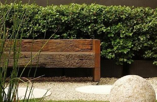 Cerca viva em varanda com banco rústico